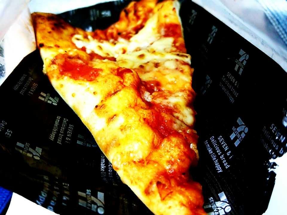 熟成生地のトマトチーズピザ(セブンイレブン新商品)