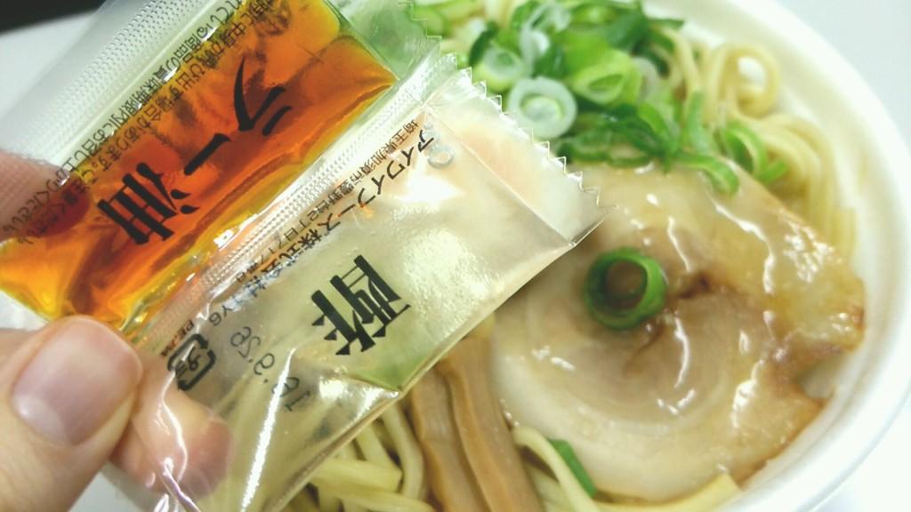 麺たっぷり!混ぜて食べる油そば(セブンイレブン)